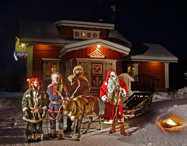 На фото: Оленевод Тинто в компании эльфов и Деда Мороза