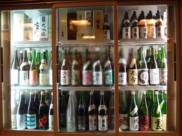 Осака. Шкаф с сакэ в ресторане китового мяса