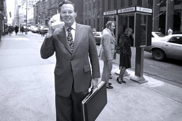 Гендиректор Motorolla с первым в мире мобильным в 1973