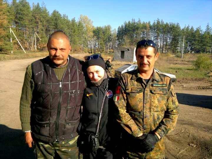 Слева направо: Игорь Кобза Пискижов, артистка и волонтёр Елена Мозговая и Сашко Итальянец Пискижов.