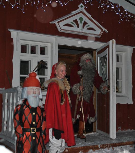 На фото: Дед Мороз со священным берестяным посохом встречает гостей