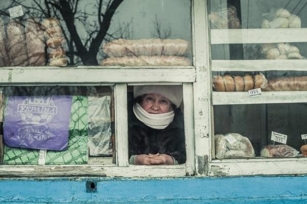 Валентина Семинина продает хлеб в центре Миусинска (фото: Anton Skyba)