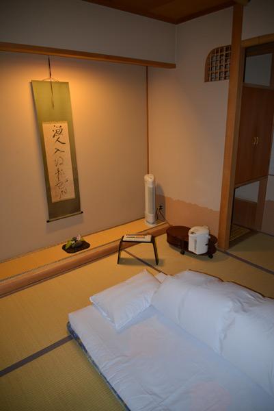Префектура Яманаси. Номер 109 рёкана, т.е. традиционной гостиницы Nishiyama Onsen Keiunkan – самого древнего отеля в мире (705 г.н.э.). Гости спят на полу