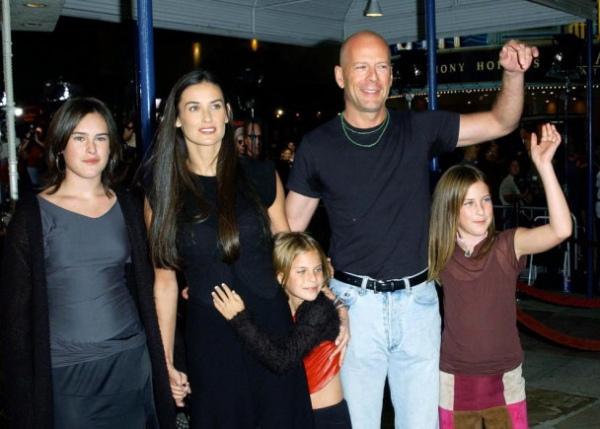 Брюс Уиллис с первой женой Деми Мур и тремя дочерьми