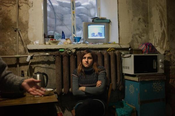 16-летняя Анна, ее мама убита, а дом разрушен (фото: Alan Chin
