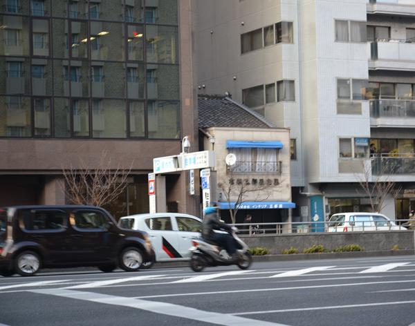 Домик в Киото, зажатый меж двух небоскрёбов. Уж ни старый якудза в нём живёт, раз строительные тресты побоялись снести избушку?
