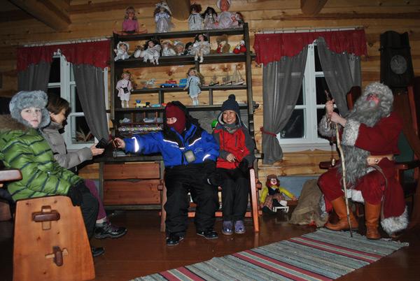 На фото: В гостях у Санта Клауса взрослые и дети со всего света.