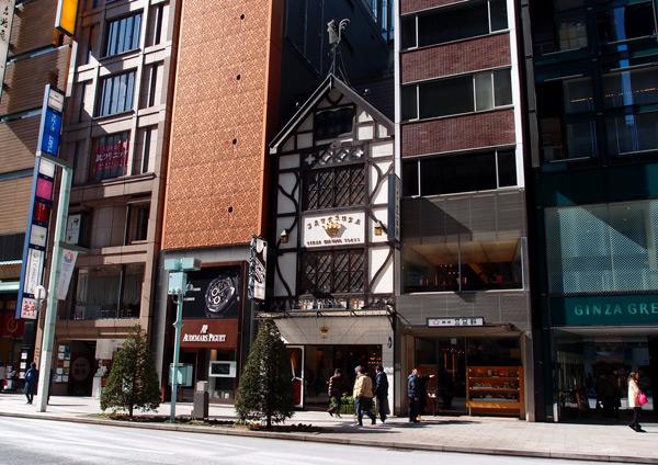 Домик в Токио, зажатый меж небоскрёбов в дорогом квартале Гинза