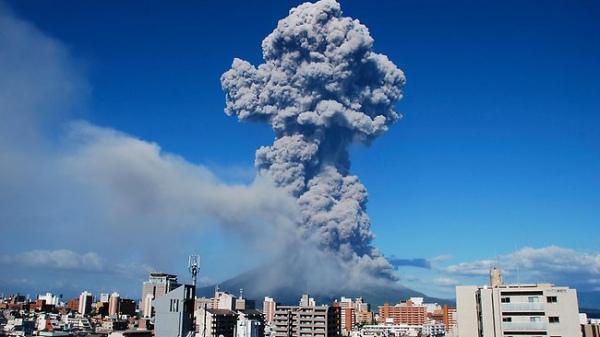 Вулкан засыпал Японию пеплом