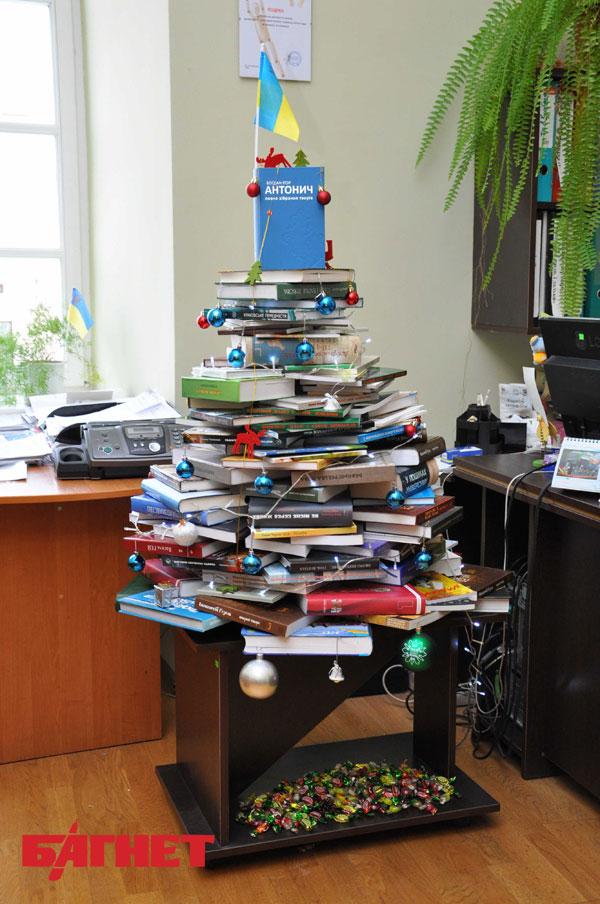 2 как сделать елку из книг