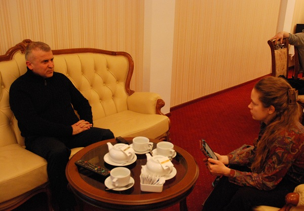 Бывший замгенпрокурора, а ныне общественный активист Голомша и журналистка FaceNews Нина Ходоривская (фото FaceNews)