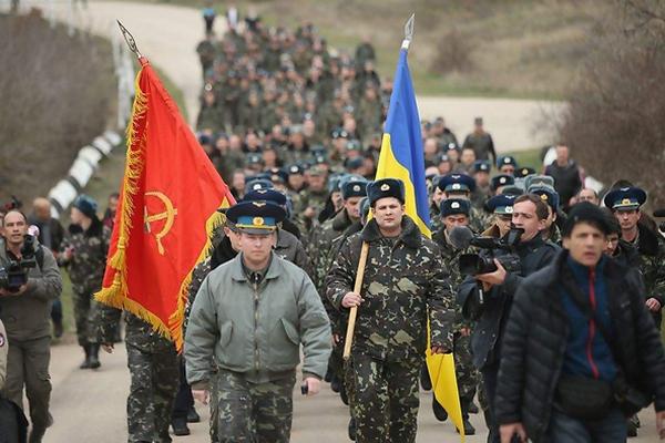 Военные из бригады Мамчура идут, безоружные, отбивать свой аэродром у ''зелёных человечков'', распевая гимн Украины
