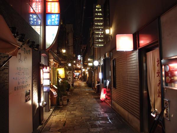 Осака. Одна из ночных улочек старого города