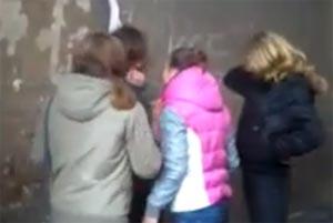 издевается над девушкой в классе видео с мобильного