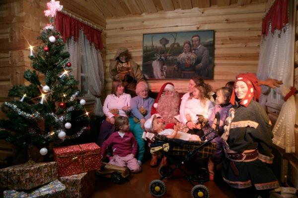 На фото: Коллективное фото в домашнем интерьере Санта Клауса