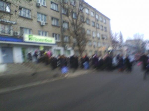 Большая очередь к банкомату ''Приват банка'' на Героев Сталинграда