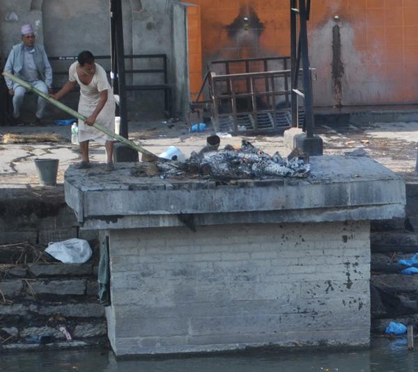 """На фото: """"Яга"""" – с праязыка санскрита переводится, как """"жертвователь"""", сжигающий тело и переводящий души в потусторонний мир. Этот непальский жрец, ворошащий палкой горящий прах умершего, также называется """"Ега"""""""