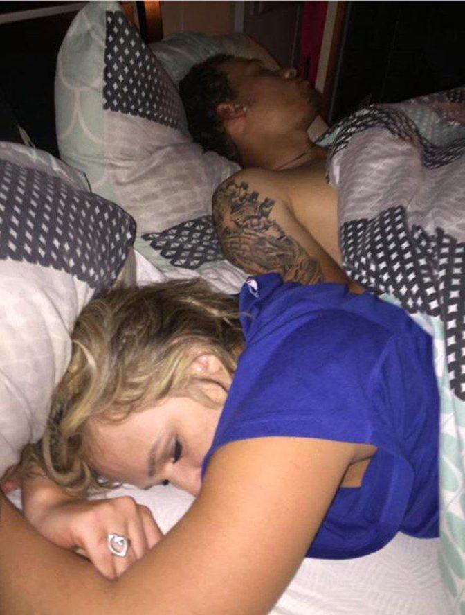 фото парень е спящую девушку