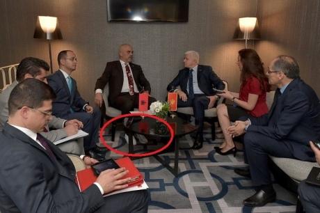 Премьеру Албании недали сфотографироваться сПенсом из-за белых кроссовок