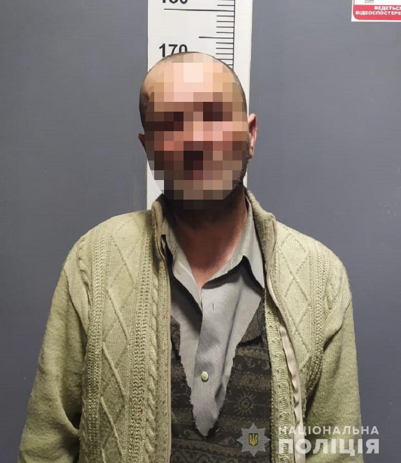 У Києві чоловіка штрикнули ножем за відмову дати закурити