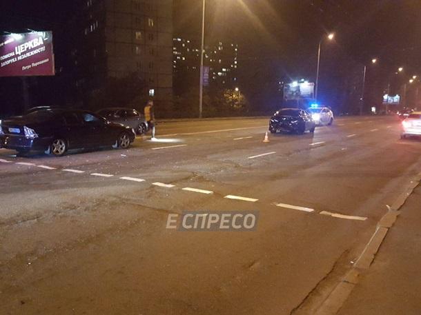 ДТП произошло возле остановки общественного транспорта на Оболони
