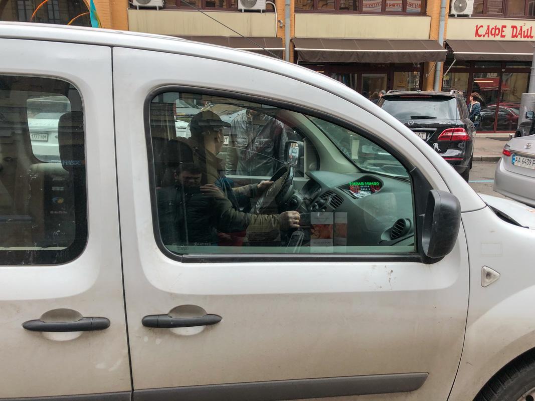 В Киеве таксист пытался задушить пассажира