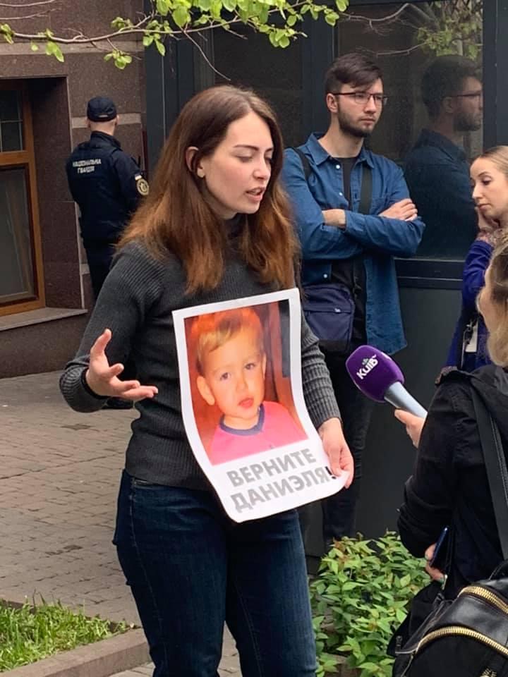 Анастасия требует, чтобы ей вернули сына, которого силой удерживают в посольстве Дании