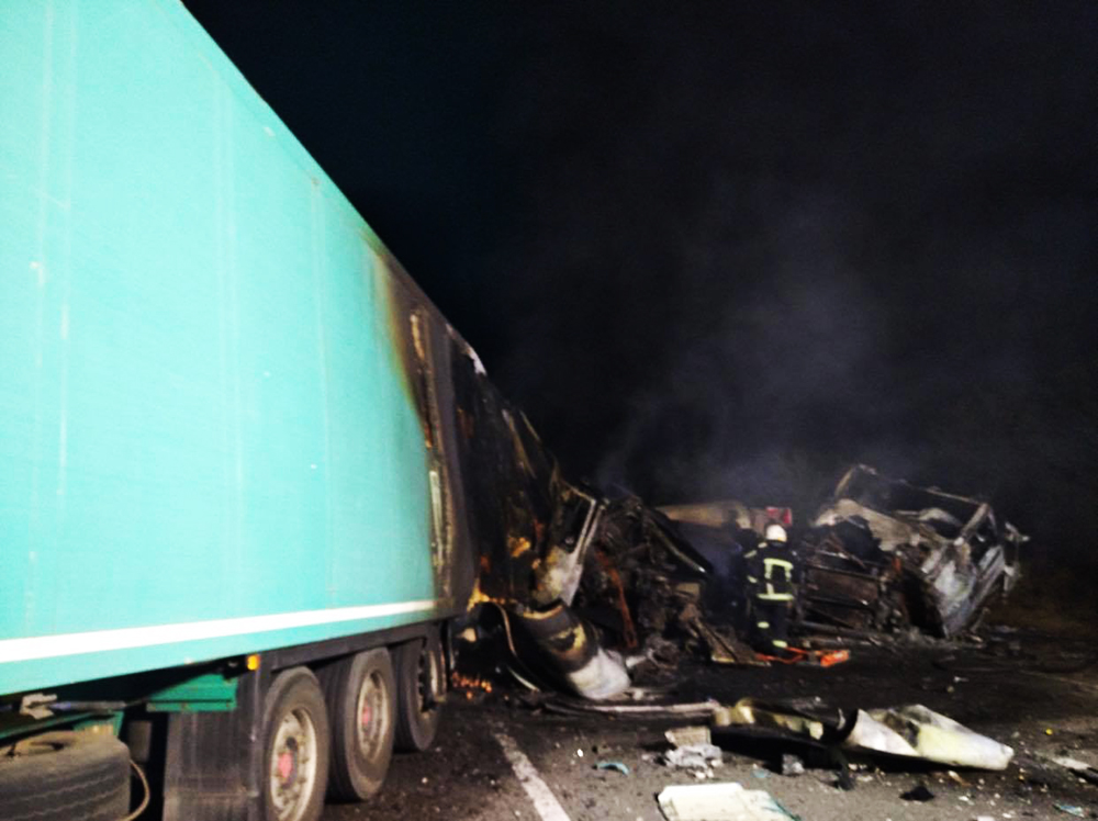 В Николаевской области от столкновения загорелись два грузовика