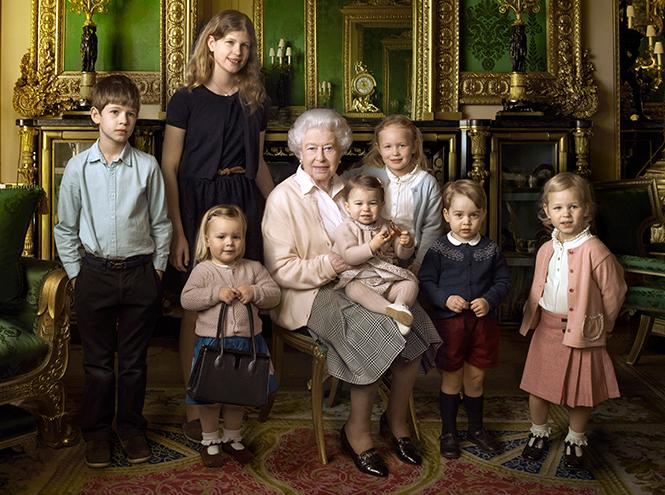 Королева Елизавета II с внуками и правнуками