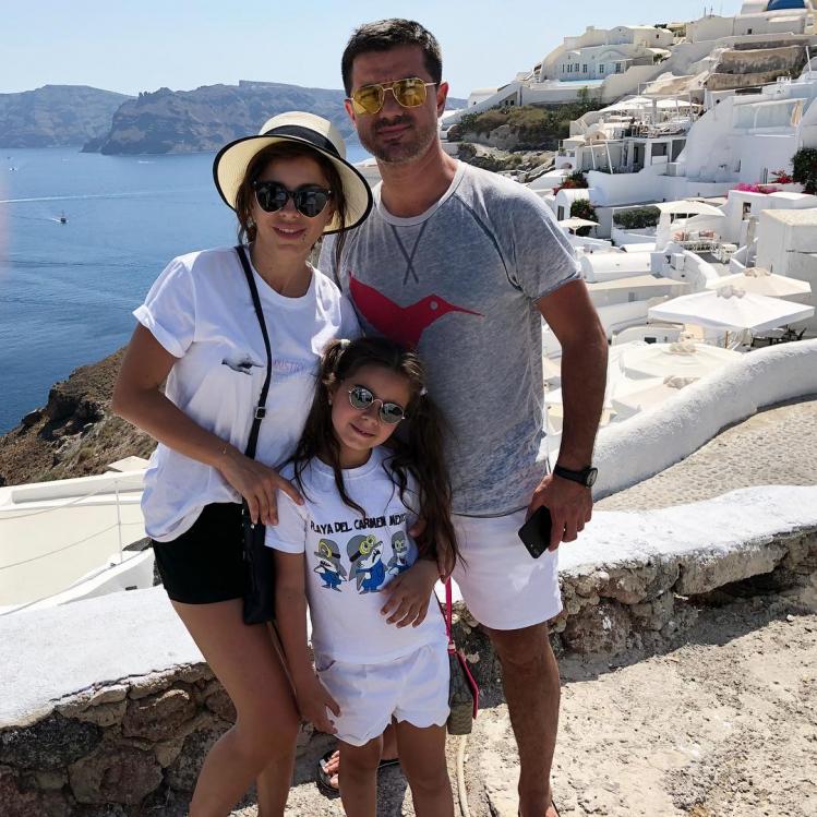 Ани Лорак с мужем и дочерью на отдыхе в Греции в начале лета