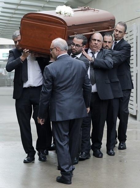 Гроб с телом покойной несли на руках
