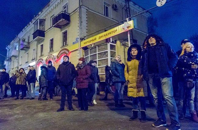 Люди у горящего торгового центра «Зимняя вишня»