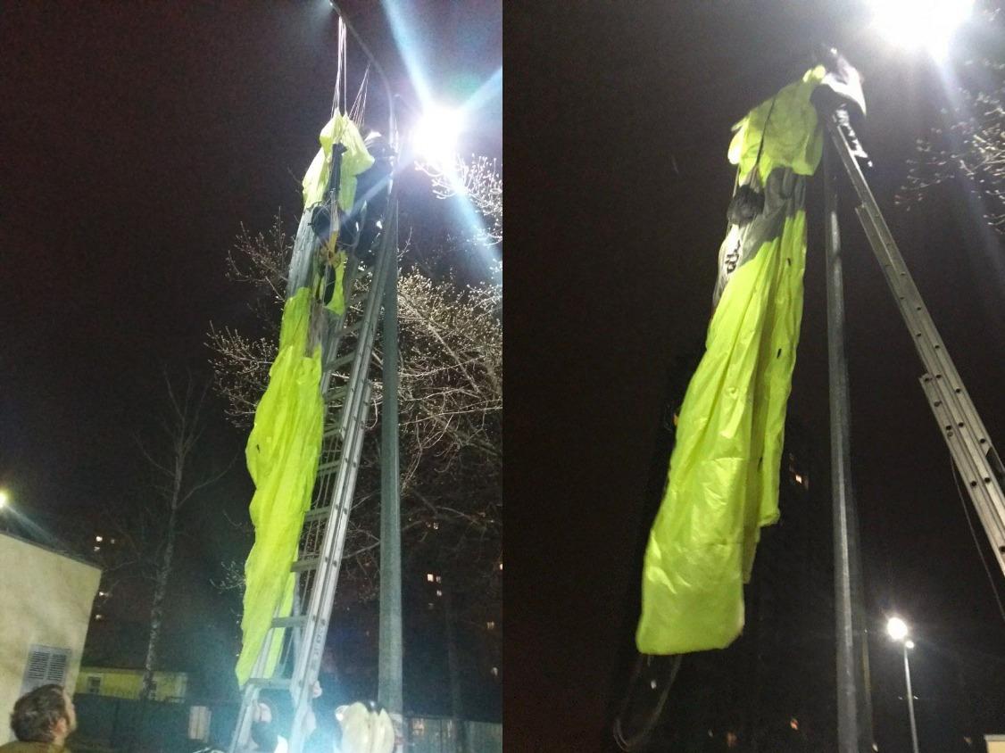 Экстремал зацепился парашютом за столб. Фото: Владислав Гарнаев/kiev.informator.ua