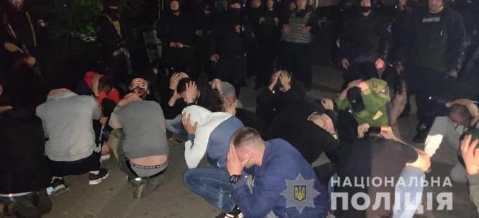 В Виннице полиция задержали около 50 человек при попытке рейдерского захвата консервного завода