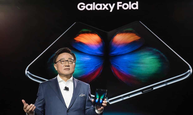Компания Самсунг отложила первый день продаж складного телефона сгибким дисплеем