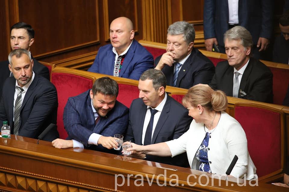 Андрей Богдан в Верховной Раде со стаканом (Фото: Дмитрий Ларин)