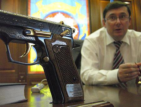 Луценко хранил пистолет прямо на рабочем столе в кабинете МВД