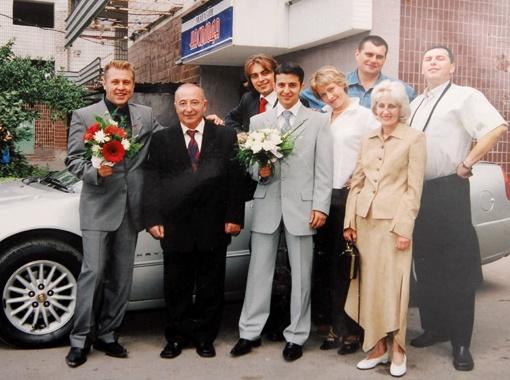 Владимир Зеленский с родителями и друзьями в день свадьбы, 2003 год