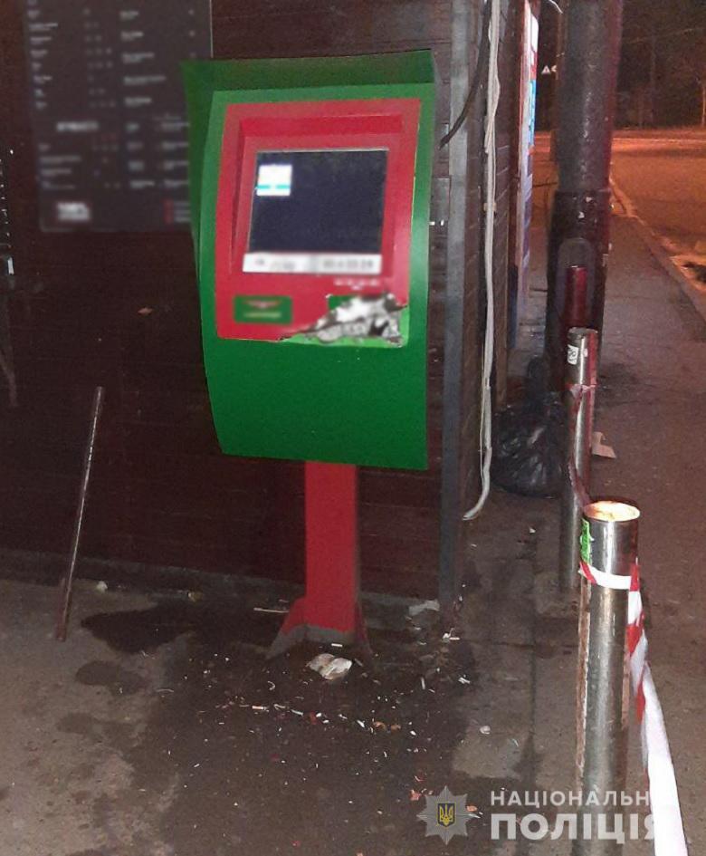 У Києві двоє чоловіків з ломом і викруткою намагалися пограбувати банкомат