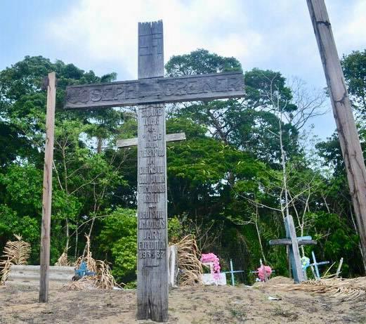 Крест со свастикой в Амазонии. Позже индейцы подзахоранивали к нему своих из окрестных племен. Фото из Facebook К.Стогния