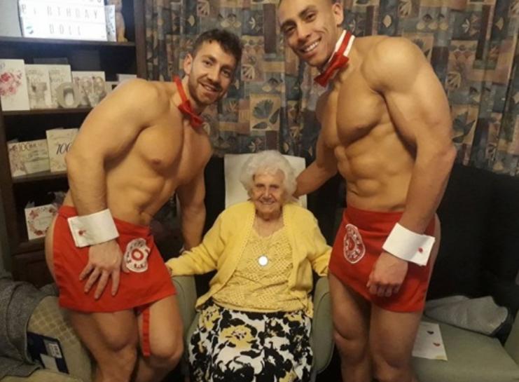 Голые официанты поздравили британку со 100-летним юбилеем