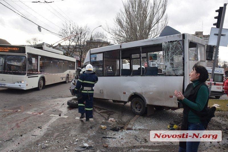 У центрі Миколаєва Range Rover протаранив і перевернув маршрутку: багато постраждалих