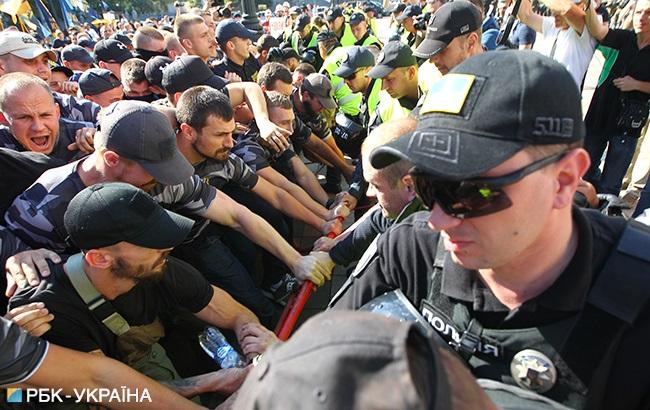 Протестующие под Радой прорвали ограждение