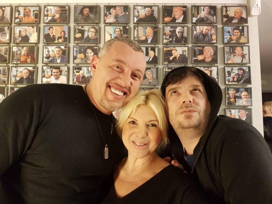 «Это Регина, она руководитель Русского радио «Берлин». Рядом на фото ведущий Марк... мы явно сошлись характерами и целями жизни» – В.Мунтян.