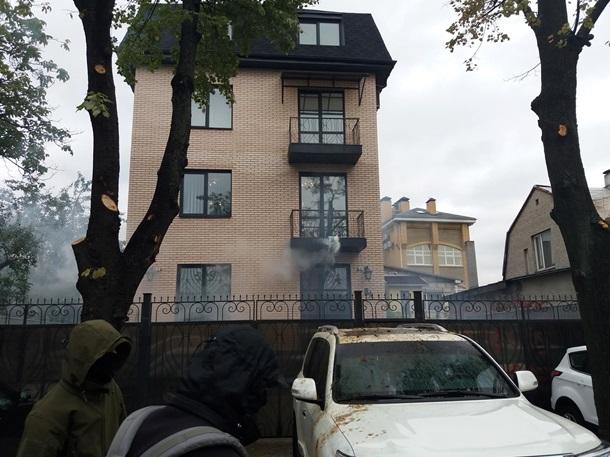 Облили фекалиями авто российских дипломатов в Киеве