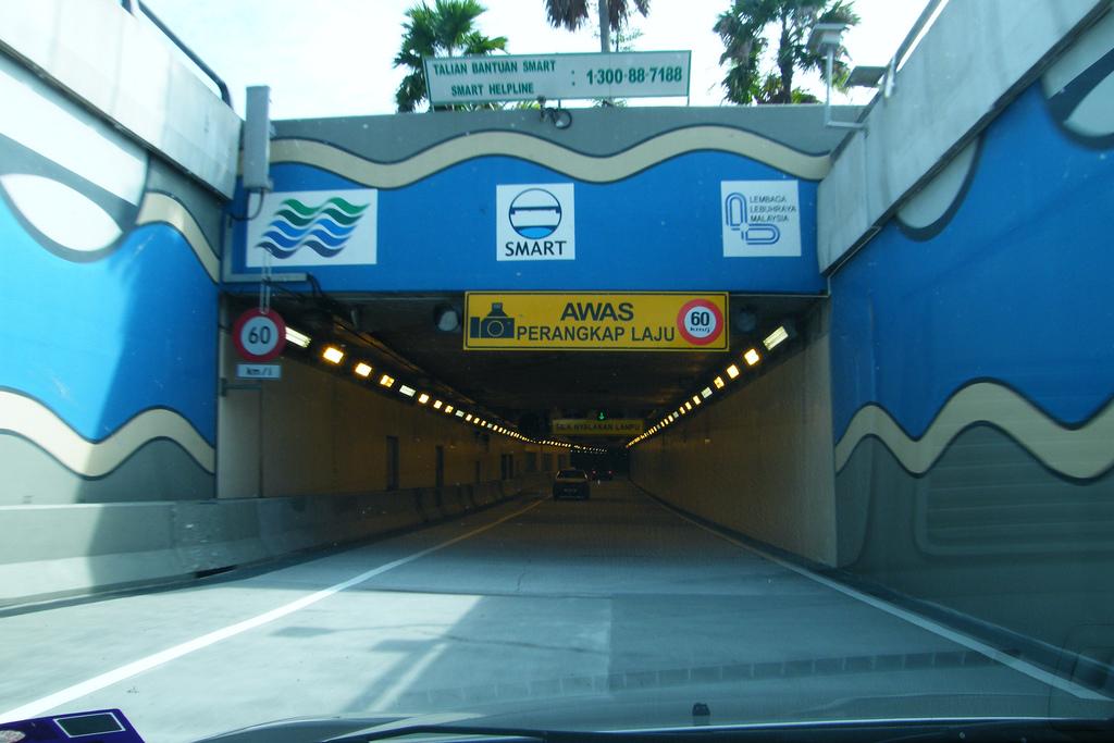 Верхняя часть тоннеля - обычная автострада, нижняя - ливневый сток / Фото Emran Kassim via Flickr
