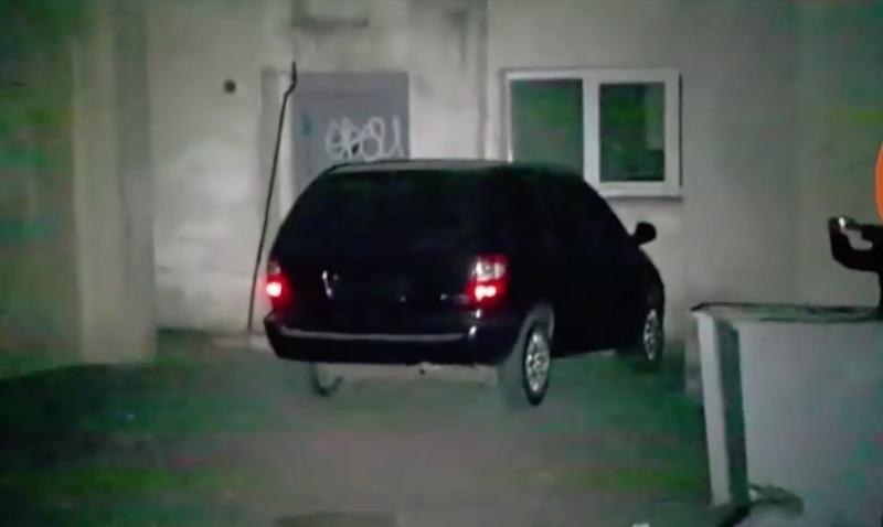 Машина, которую бросили преступники недалеко от места преступления 20 сентября 2016 года