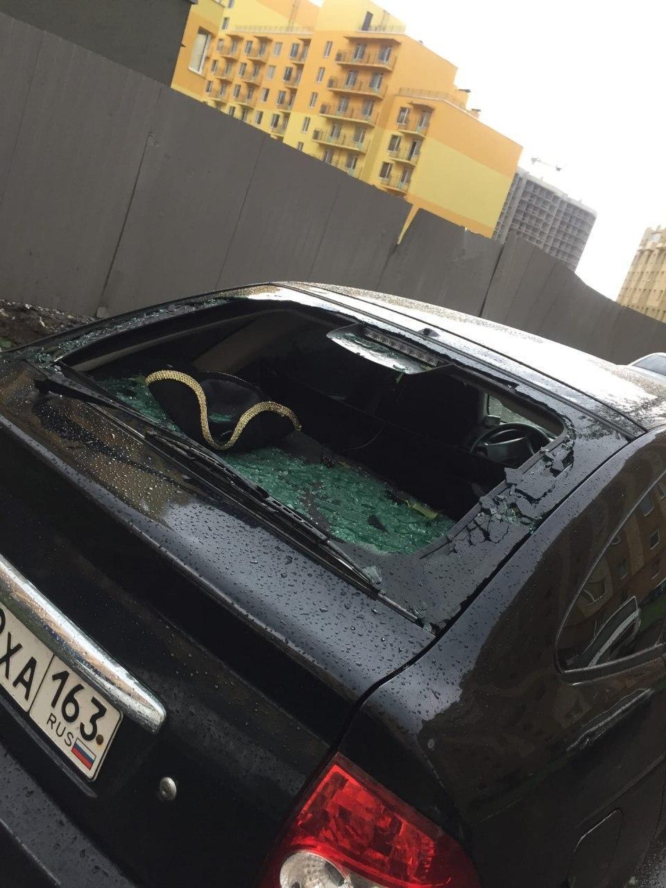 В России выпал гигантский град, разбив десятки машин