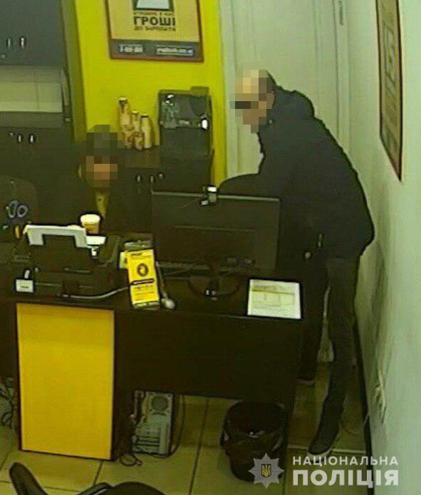 У Запоріжжі хлопець з кухонним ножем пограбував кредитний кіоск