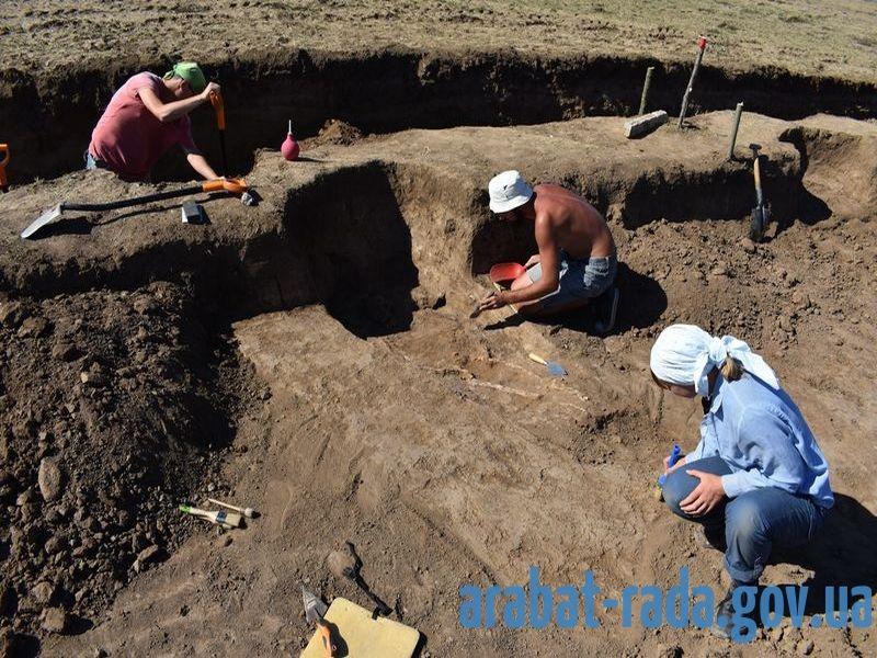 После этого раскопки продолжались вручную